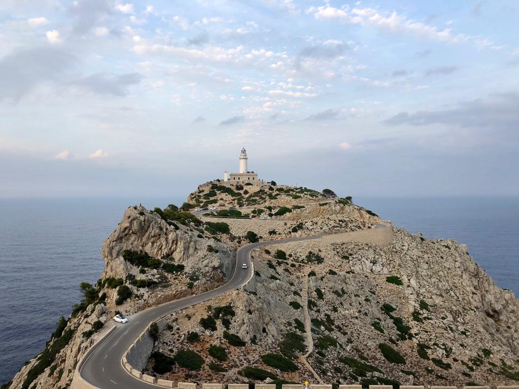 Berg am Meermit einem keinen weißen Turm, der an ein Fallussymbol erinnert.